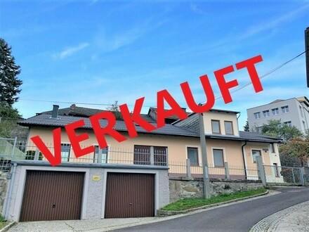 ENNS: Kompaktes Grundstück (ca. 658 m2) mit einem älteren Wohnhaus + 2 Garagen & Nebengebäude