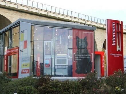 Modernes Betriebsgebäude in frequentierter Lage an der B1
