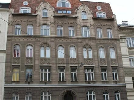 Klostergasse! Sanierungsbedürftige, klassische Altbauwohnung im 1. Liftstock!