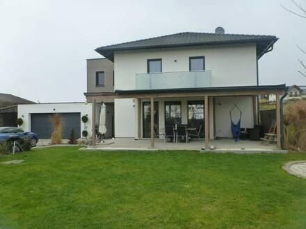 Top modern ausgestattetes Einfamilienhaus in Herzogsdorf sucht neuen Besitzer