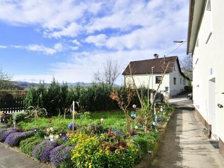 Ein-/Zweifamilienhaus mit 2 großen Garagen, 2 Terrassen und Garten!