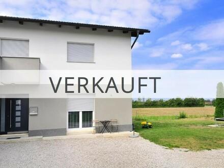 Neuwertige Haushälfte mit großem Garten, 2 Garagen und wunderschönem Ausblick!
