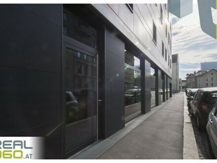 Großzügige straßenseitige Schaufensterflächen