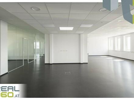 Großraumbüro mit verglastem Besprechungsraum