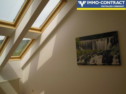heller Wohnraum mit Dachflächenfenster