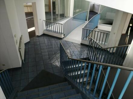 Schöne Helle Büroflächen mit Parkplätzen zu vermieten Obergeschoß 1
