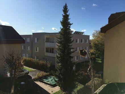 Erreichen Sie in wenigen Schritten alle Einrichtungen für den täglichen Bedarf! Helle Wohnung mit Loggia in der Sportlerstraße…