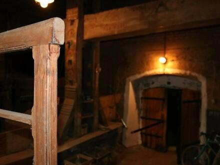 WEINKELLER IN ALLEINLAGE | Liebhaber-Weinkeller mit Baumpresse, zwei Eingängen und zwei Kellerröhren