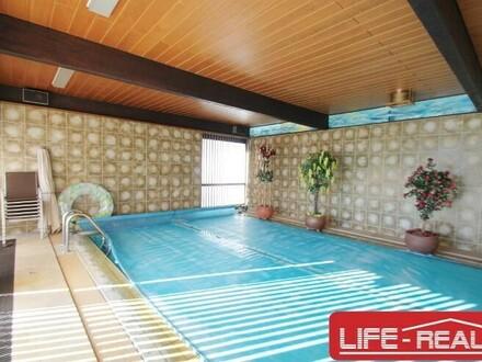 gepflegtes, zweigeschossiges Wohnhaus mit Hallenbad