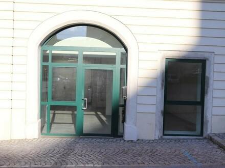 Zentral am Hauptplatz gelegenes Geschäftslokal-Büro-Künstlerwerkstatt-Atelier in Hainburg zu vermieten