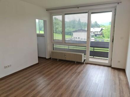 Helle 2 Zimmer Wohnung mit großer Loggia!