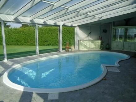 Haushälfte mit großem Garten und Pool