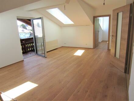 Erstbezug: Schöne 3 Zi.-Dachgeschoß-Wohnung mit Balkon