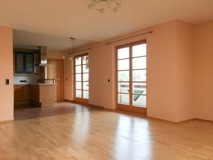 Traumhafte 4 Zi. Wohnung mit Balkon & 2 PKW Stellplätzen