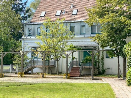 Großzügiges elegantes Reihenmittelhaus in bester Grinziger Lage // Spacious elegant Row-Middle-house in a prime Grinzig location…