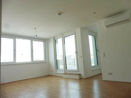 schöner heller Wohnraum mit vielen Fenstern