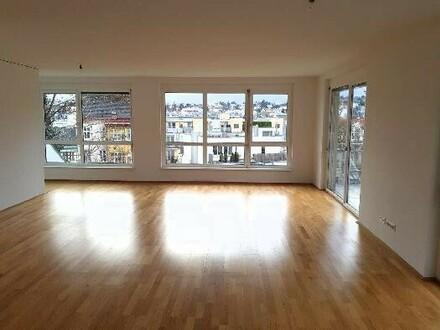 großes Wohnzimmer mit Weitblick