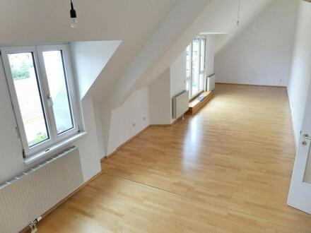 Blick von der Galerie ins super große Wohnzimmer