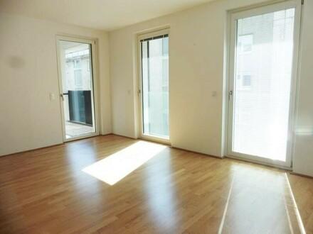 großes Wohnzimmer mit sonniger Loggia
