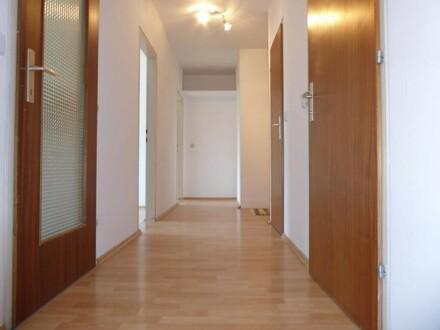 Super gepflegte und freundliche Wohnung mit Loggia, 3 Zimmer ZENTRAL,mitten im Grünen