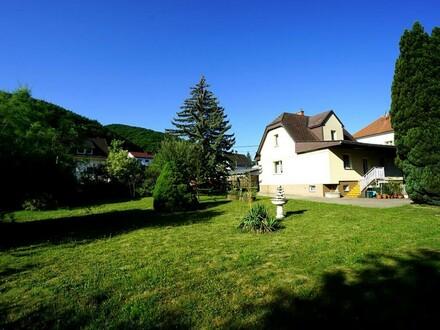 Familienwohnsitz mit großem Garten und Outdoor-Pool in sonninger Grünruhelage