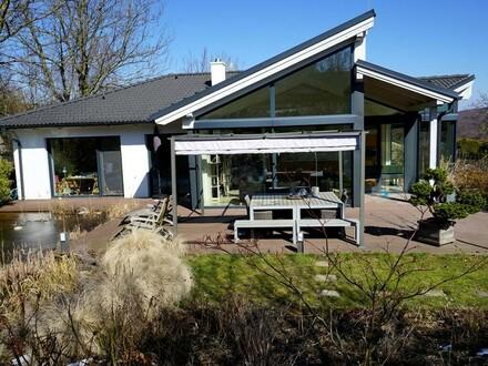 Modernes Architektenhaus mit traumhaftem Garten und Schwimm-Biotop