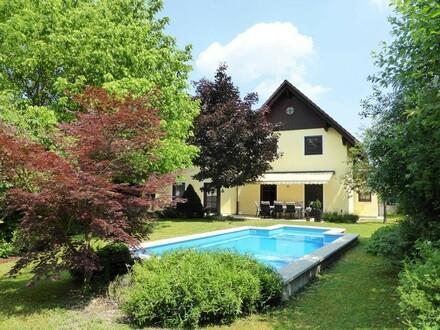 Sonniges Einfamilienhaus mit Pool in zentrumsnaher Ruhelage
