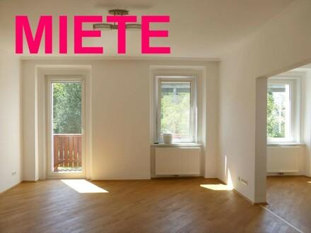 Wohnzimmer mit Balkon und Schwedenofen