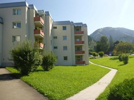 Haus von Vorne mit Kaiserschild im Hintergrund