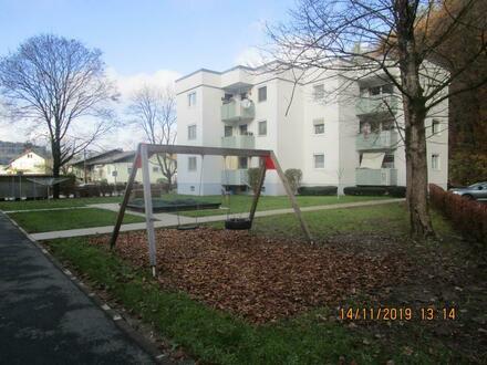 Wohnen mit hohem Erholungswert! Schöne 2-Zimmer-Erdgeschosswohnung mit Balkon in grüner Lage! Inkl. überdachtem Autoabstellplatz!…