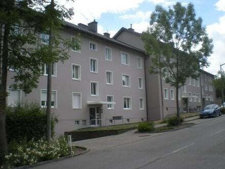 Urbaner Wohn(t)raum in der aufstrebenden Stadt Ried in einem sanierten Wohnhaus! Zentral gelegene 2-Raum-Whg. in dennoch…