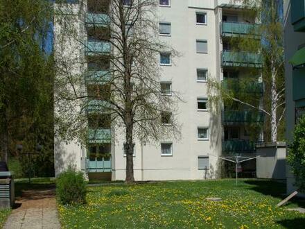 Einzigartige Wohnatmosphäre in ruhiger Waldrandlage! Sichern Sie sich diese 2-Zimmer-Wohnung mit Loggia & eigenem Garagenabstellplatz!…
