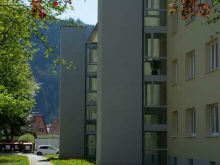 Hier wird Wohnen zum Genuss! Lichtdurchflutete 3-Raum Wohlfühl-Wohnung mit Loggia in erholsamer Ruhelage! Provisionsfre…