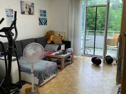 Lichtdurchflutete 2-Raum-Wohnung am grünen Stadtrand verspricht einzigartige Wohnatmosphäre! Inkl. Balkon! Ideale Verkehrsanbindung!…