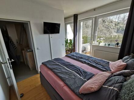 Einzigartige sonnige und kompakte Dachterrassen-Wohnung mit zusätzlicher Loggia/Balkon in zentraler ruhiger Grünlage! Provisionsfrei!