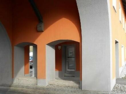 Innen mit Eingangstüre und Fenster