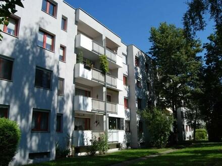 Entspanntes Wohnen in Toplage mit bester Infrastruktur und traumhafter Loggia! Von Grünflächen umgeben und doch nah am Zentrum!…