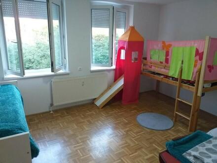 Heimkommen u. wohlfühlen im beschaulichen Unterwachtberg! 3-Raum-Wohnung mit XL-Balkon in naturnaher u. sicherer Umgebung!…