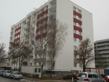 Sehr preiswerte 3-Zimmer-Wohnung mit herrlicher Loggia umgeben von Grünflächen! Ausgezeichnete Infrastruktur! Provisionsfrei!