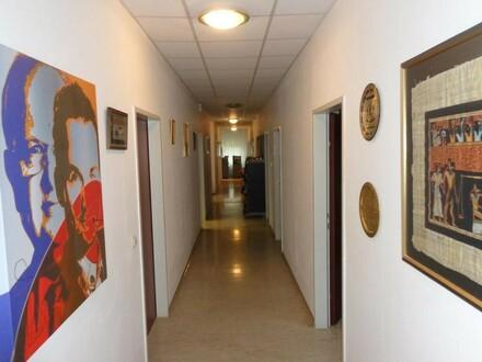 Hallen-, Lager und Freiflächen mit Büoräumlichkeiten zu vermieten!