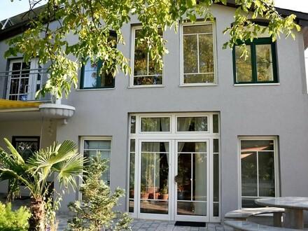 Dieses sehr große und gut gelegene Wohnhaus finanziert sich teilweise selbst. (fixe Einnahmen von 5600€/Jahr)