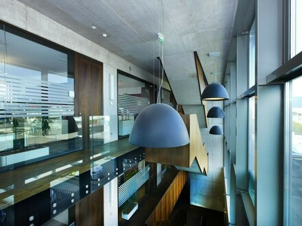 Hochmodernes Bürogebäude mit großzügigem Grundstück!
