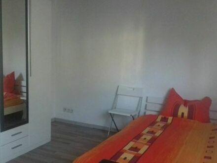 Helles neu renoviertes möbliertes Zimmer an junge Frau zu vermieten