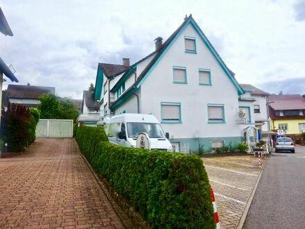 Gepflegtes Mehrfamilienhaus in ruhiger Lage mit Garten, 6 Stellplätze und Garage