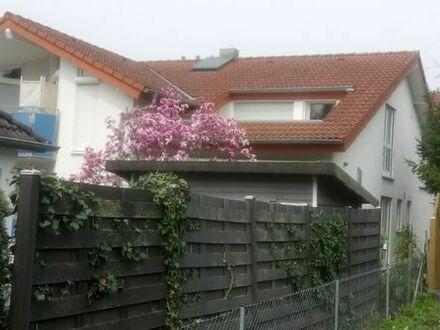 Helle 2 Zimmer DG-Wohnung mit großem Balkon / Loggia
